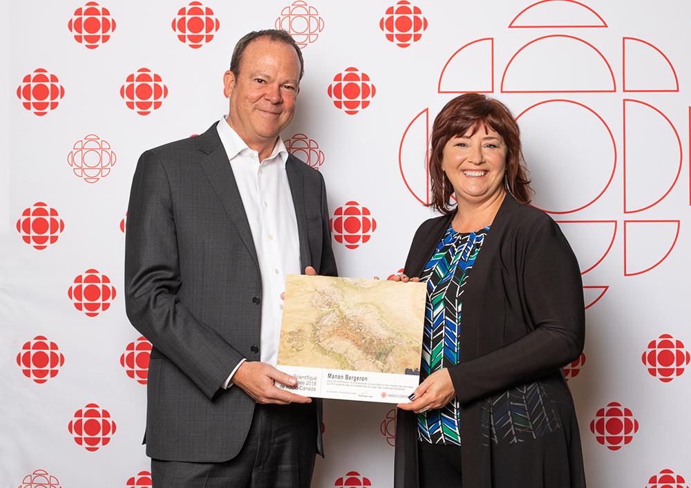 Michel Bissonnette, vice-président principal de Radio-Canada, et la professeure Manon Bergeron. Photo: Lawrence Arcouette
